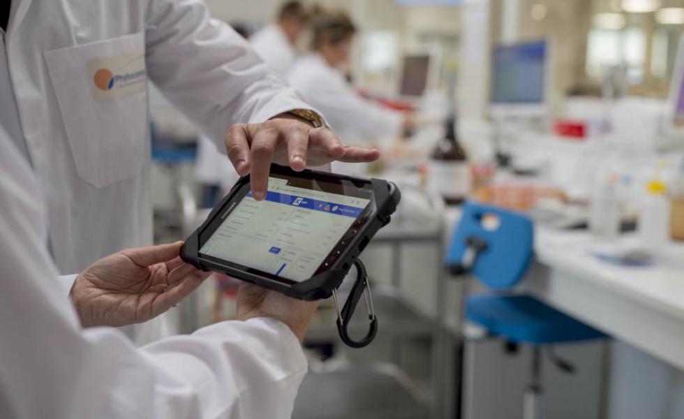 deux-personnes-observent-des-courbes-de-températures-sur-une-tablette-dans-un-laboratoire