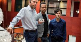 Jordan Miron dirige Resilient Innovation. Il tient le boîtier Walk, qu'il a inventé, dans sa main © David Crespin